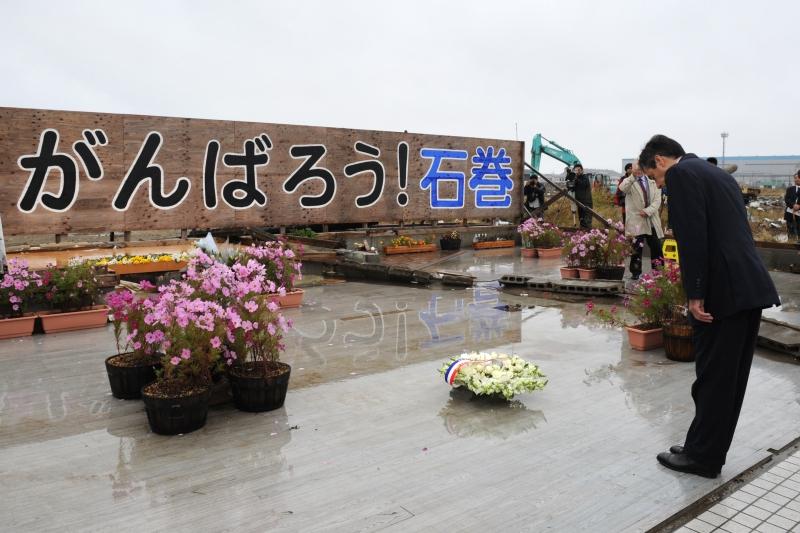 石巻市で献花するフィヨン前首相。