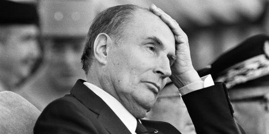 """1986年7月14日の革命記念日""""凱旋門""""パレードを見守るミッテラン大統領。"""