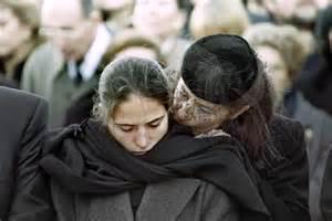 ミッテランの葬式で悲嘆にくれる愛人と二人の間にできた娘マザリーヌ(19)。