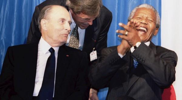 1994年7月5日にヨハネスブルクで歓談するミッテラン大統領とネルソン=マンデラ南アフリカ共和国大統領