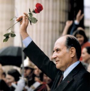大統領選挙に勝利して社会党のシンボル「紅い薔薇」を掲げるミッテラン。