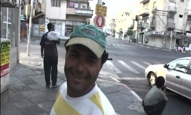 パレスティナ人の労働者だけがにこやかにキャメラと会話する。