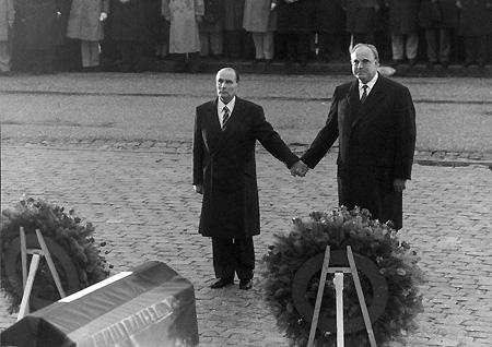 ヴェルダン無名兵士の納骨堂前で、1984年9月22日に、手を繋ぎ合ったフランソワ=ミッテラン仏大統領とヘルムート=コール西独首相。