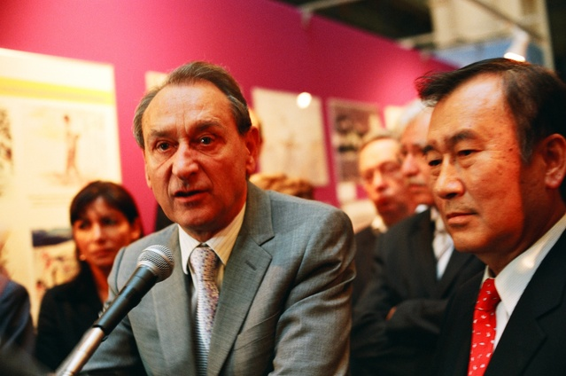 イダルゴ現Paris市長(左端)、ドラノエParis市長(中央)、秋葉忠利・広島市長(右端)。2005年9月、及川健二が撮影。