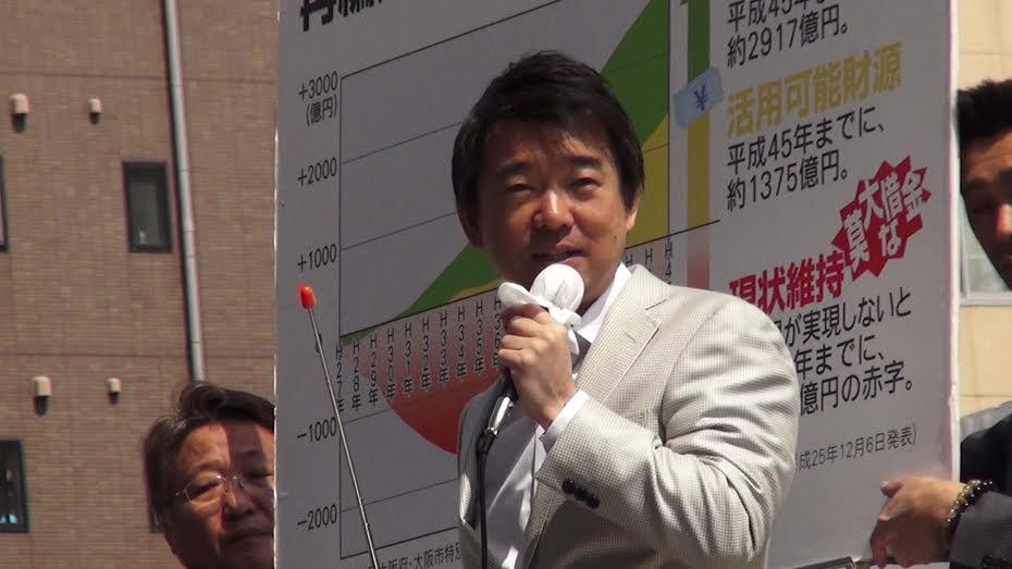 大阪市長選挙2014で都構想を図示したボードをバッグに演説する橋下徹・現大阪市長。 撮影:及川健二