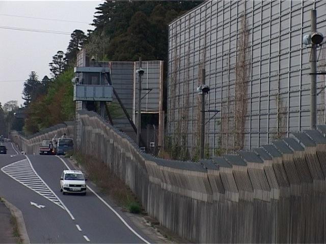 空港と三里塚の中心市街地を隔てる柵 撮影 大津幸四郎